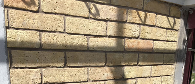Enorme travail de restauration d'une façade brique classée